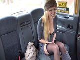 La milf Amber Jayne acaba follando con este taxista - Folladas