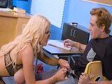 Creo que esta profesora tetona quiere follar con el joven - Rubias