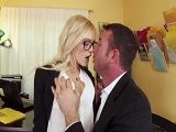 El jefe le mete un polvo tremendo a su nueva secretaria - Rubias