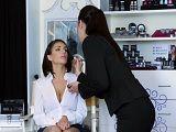 La maquilladora tiene las manos muy largas creo yo.. - Lesbianas