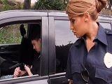 La agente de policía pilla a este loco mientras se pajea.. - Xvideos