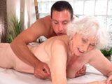 La viuda se deja masajear las tetas y se folla al masajista - Viudas