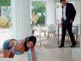 A la señora de la limpieza se le salen las tetas fregando... - Amas De Casa