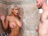 Se metió en la ducha cuando su tía se estaba duchando... - Anal