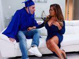 La madre de su colega quiere celebrar su graduación... - Tetas Grandes