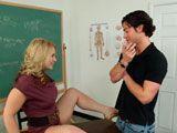 La profesora estaba muy estresada y se relajó con su alumno