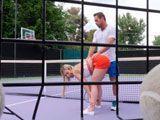 Con razón le gustan tanto las clases particulares de tenis... - Rubias