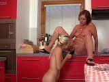 Se lo monta con la madre de su novio en la cocina - Amas De Casa