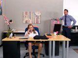 Pilla a la secretaria hablando por teléfono mientras se toca en coño - Folladas
