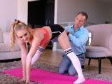 Le pide a su padrastro que le ayude con unos ejercicios... - Rubias