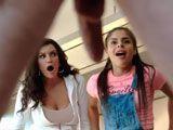 La madre y la hermana alucinan con el pollón del chico - Trios Porno