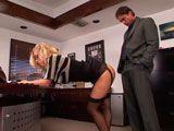 Parece que la viciosa secretaria quiere algo de su jefe... - Xvideos