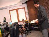 El jefe pilló a su secretaria masturbándose en el despacho - XXX Gratis