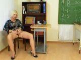 La profesora de matemáticas se masturba al acabar la clase