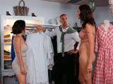 Su mujer y su amante se encuentran en una tienda de ropa - Trios Porno