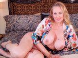 La MILF Julia Ann se masturba frente a la webcam porno - Masturbaciones