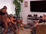 Su marido mira mientras entre dos negros se la follan duro - Sexo Duro