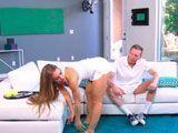 Nicole Aniston estaba cachonda y se folló a su entrenador - Rubias