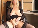 Esta secretaria se suele masturbar en su despacho.. - Masturbaciones