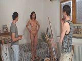 Mamá posa de modelo desnuda para el trabajo de arte