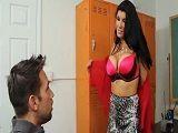 La profesora Romi Rain le da clases de sexo a su alumno