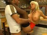 Polvazo increible con la camarera milf del bar: menuda cerda