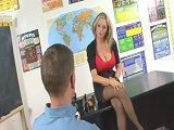 El profesor sustituto tiene cachonda perdida a la directora