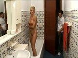 Espía a su madrastra mientras ella se está dando una ducha