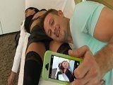 Le hace fotos a su cuñada cuando la chica está dormida