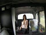 Con ese enorme par de tetas quiere seducir al taxista