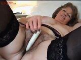 Abuela amateur se masturba con un dildo su coño peludo
