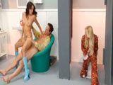 Unos follando y la otra al aldo meando en los lavabos públicos - Asiaticas