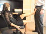 La secretaria madura está caconda y se quiere follar al jefe