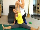 El joven fisio le ayuda a estirar y luego le clava toda la polla - Sexo Duro