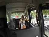 Rubia tetona se deja follar el culo por un taxista desconocido
