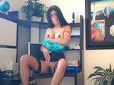 A la secretaria le gusta exhibirse por la webcam en el trabajo