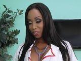 Una enfermera negra que alegra a los pacientes con sexo - Sexo Duro