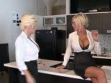 Mujeres adineradas bien cachondas follando en la cocina