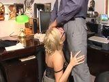 Después de un día duro de trabajo tengo sexo en la oficina