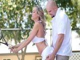 Brandi Love quiere aprender a jugar a tenis, le gustan las bolas