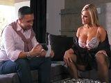Amber Lynn se pone cachonda con la visita de su hijastro