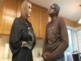 Casada insatisfecha invita a casa a un macarra pandillero
