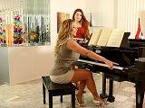 La guarra profesora de piano calienta a la joven alumna