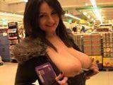 Cachonda ama de casa enseña las tetas en el supermercado - Españolas