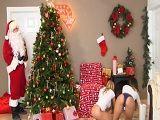 Joder lo que se encuentra Papá Noel al llegar a esta casa - Porno Duro