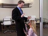 Esta zorra se le insinúa al jefe en su despacho, que zorra - Rubias