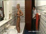 Espia a su madre en la ducha, le pilla y encima se la folla