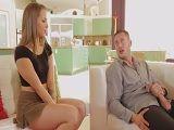Pilla al amigo de su padre haciéndose una paja en el sofá - Sexo Duro