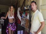 Se folla a la vecina en el garaje sin que se entere su mujer - Pornhub