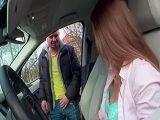 Se mete dentro del coche de esta mujer y se la folla en casa - Porno Duro